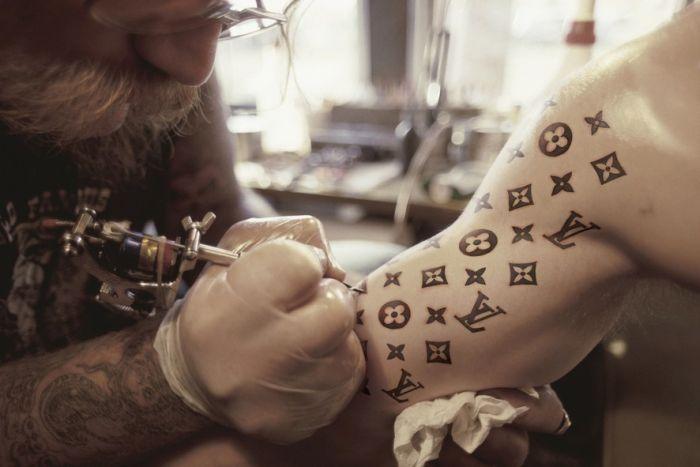 Assez Comment gâcher sa vie avec un tatouage Zegag.fr : images marrantes JV31